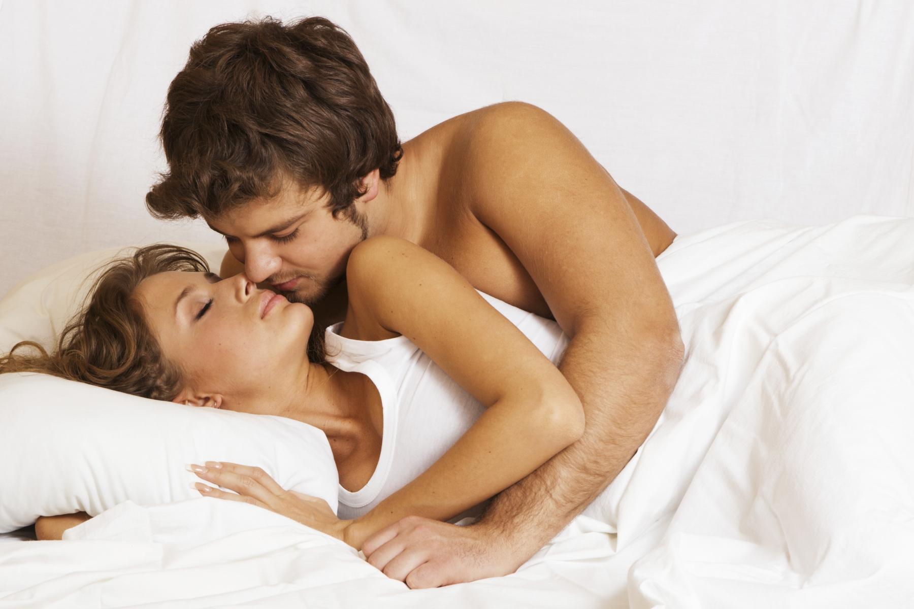 homme satisfait au lit