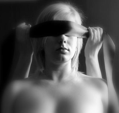 femme yeux bandés