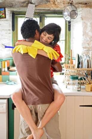 couple qui fait l'amour dans la cuisine