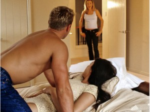 femme qui surprend son homme avec une autre