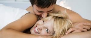 homme et femme se font des bisous