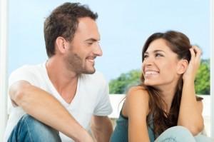femme souriante avec son homme