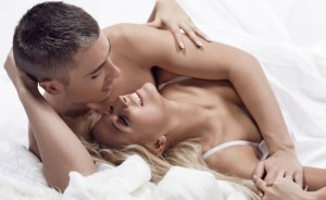 couple heureux au lit