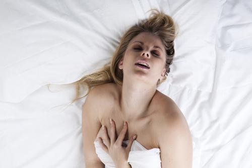 femme comblee au lit