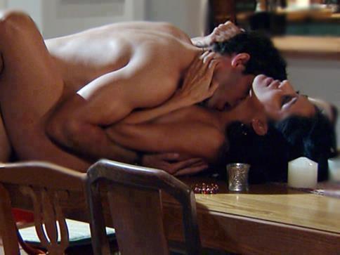 couple qui fait l'amour sur la table de la cuisine pendant un quickie