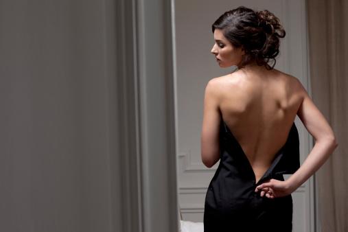 femme qui enlève sa robe