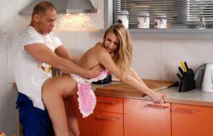 couple sexe rapide debout dans la cuisine